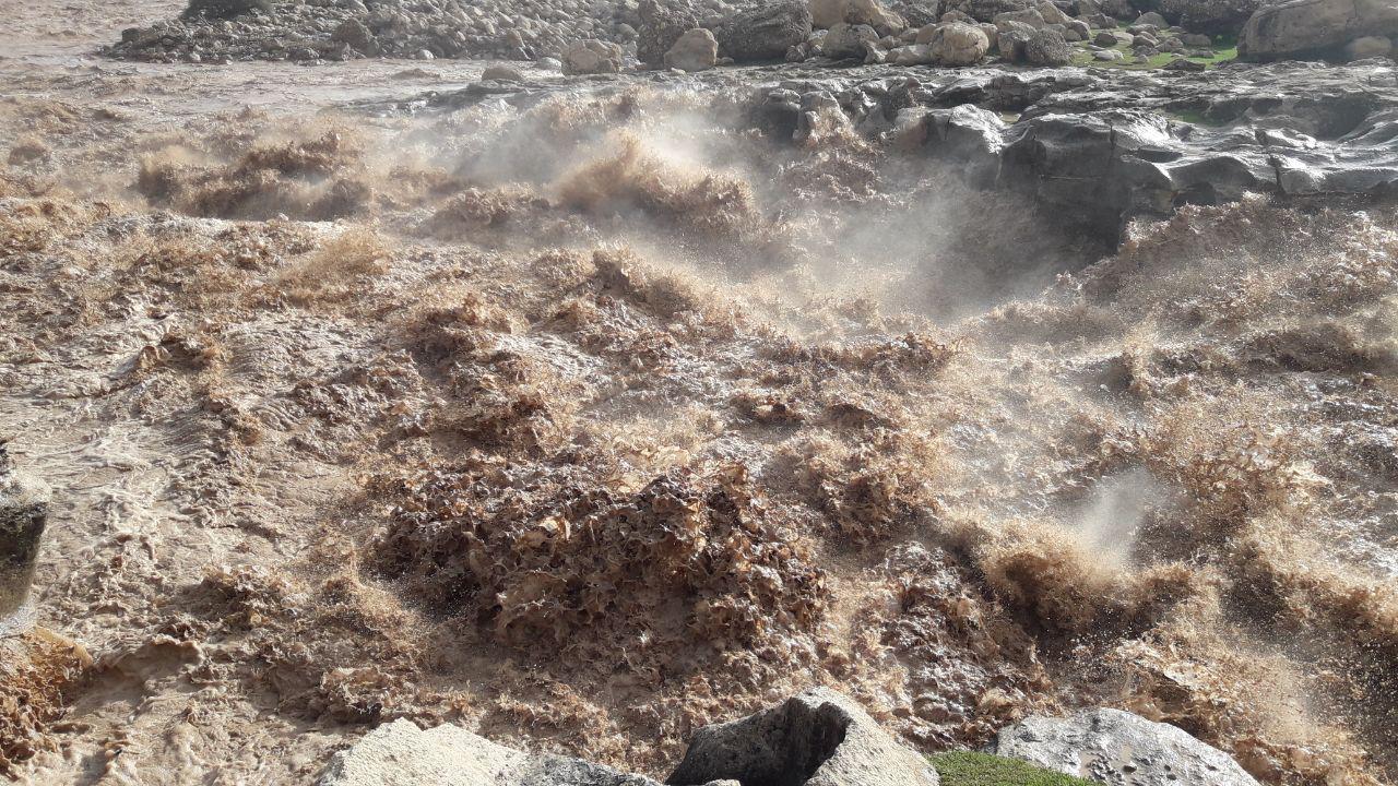 طغیان روخانه سیمره و ریزش کوه موجب مسدود شدن جاده پلدختر - اندیمشک در جنوب دهستان پاعلم در هر دو لاین شد